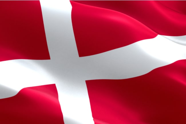 närbild på danska flaggan som vajar