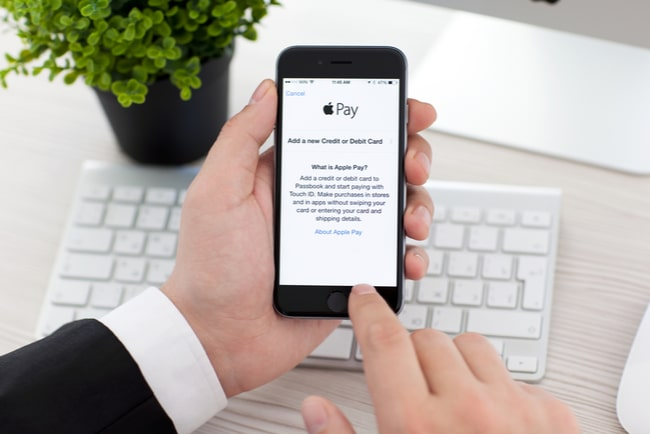 Man lägger till kort på Apple Pay