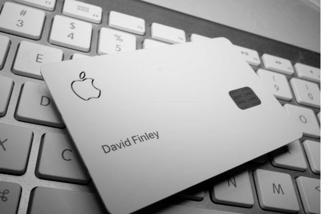 Apple Card ligger på ett tangentbord till en Mac