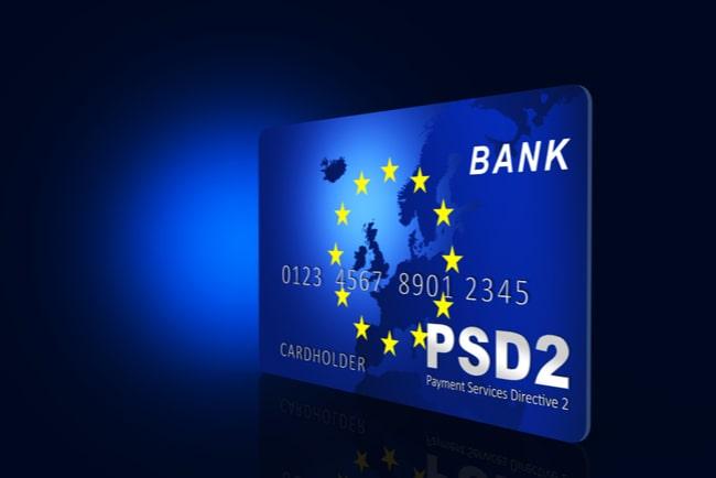 Blått kreditkort med EU-symbolen för att illustrera EUs nya betaltjänstdirektiv