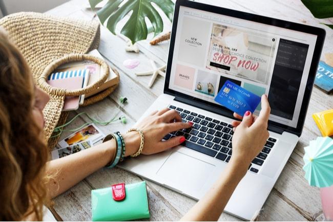 Ung kvinna gör köp på internet som hon betalar med sitt kreditkort