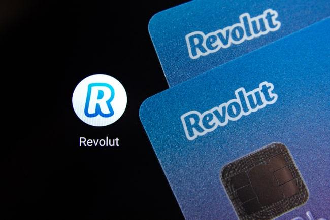 Två blå revolutkort som överlappar varandra mot en svart bakgrund