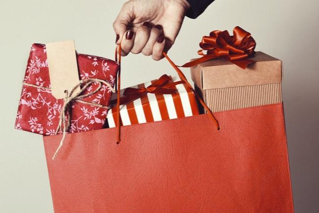 en papperskasse med inslagna julklappar