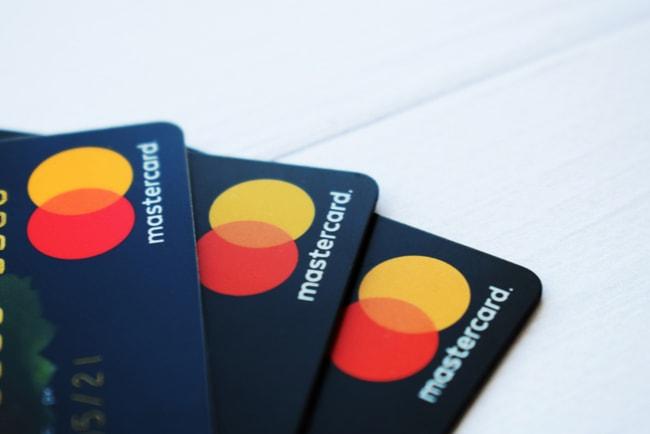 Tre mastercardkort i en solfjäderformation
