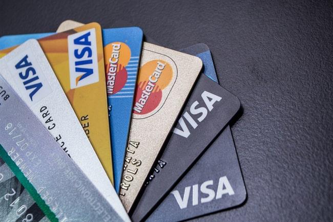 en bund med kreditkort från visa och mastercard