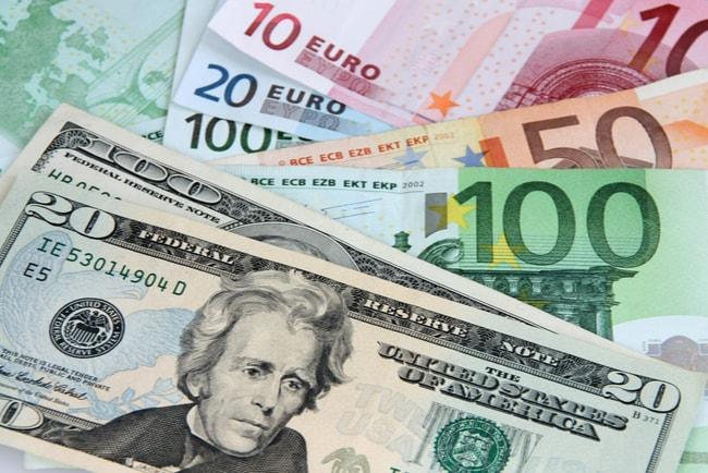 Dollarsedlar som ligger ovan på eurosedlar i olika valutor