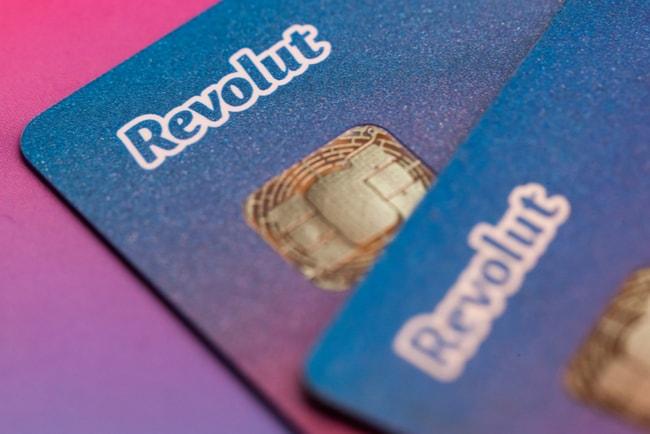 Två betalkort från Revolut som överlappar varandra