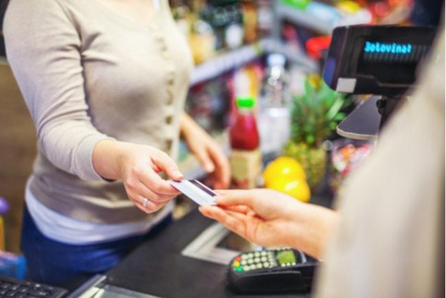 Kvinna betalar för sina varor som hon har handlat med kort.