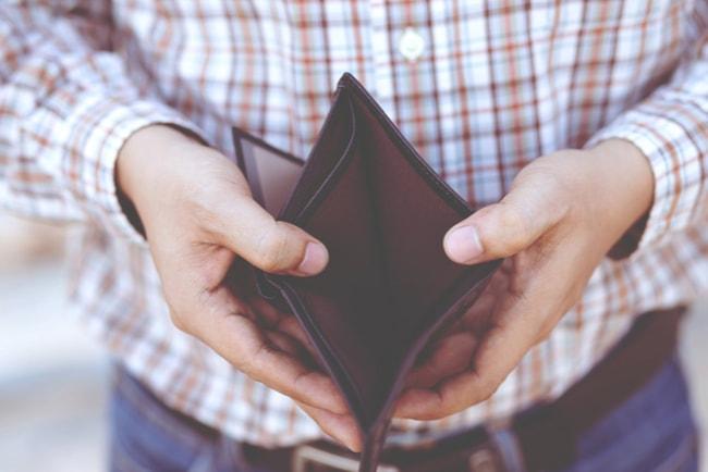 Man öppnar upp en plånbok och visar att den är tom.