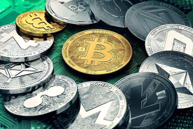 mynt i kryptovalutor i en cirkel med gyllene bitcoin i mitten