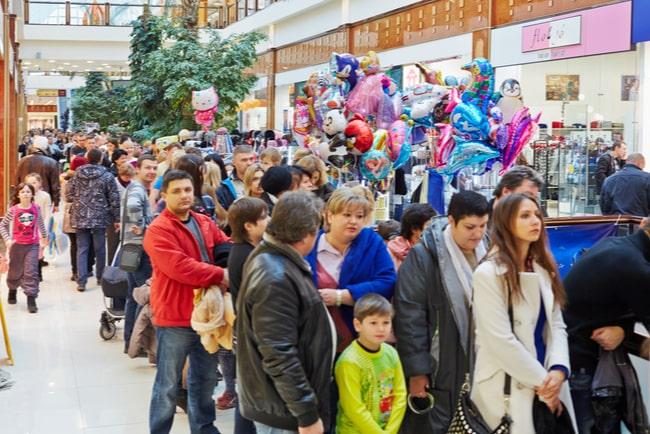många människor köar i shoppingcenter