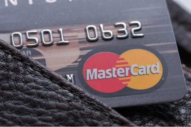 närbild på mastercard-kort i plånbok
