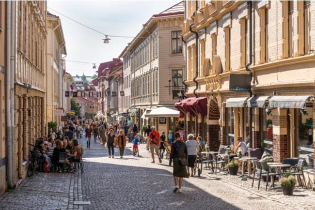gata i Haga i Göteborg, full av folk