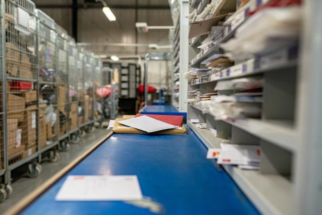 Paket och brev i lager på postkontor.